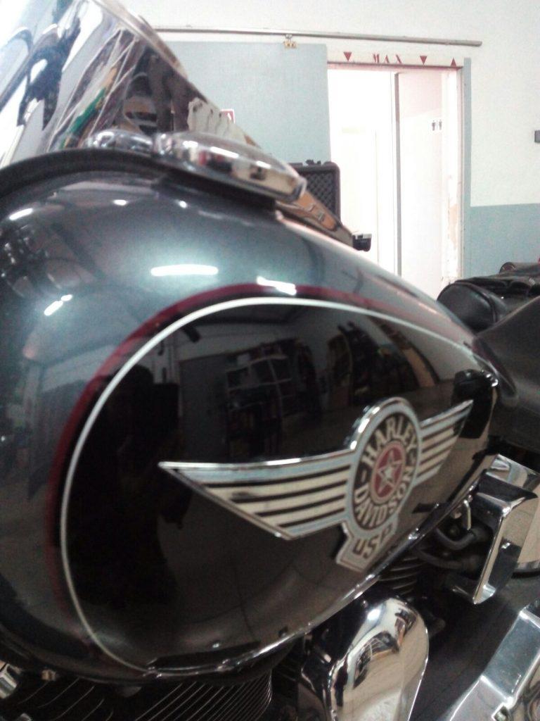 Arreglando golpe moto Harley Davidson