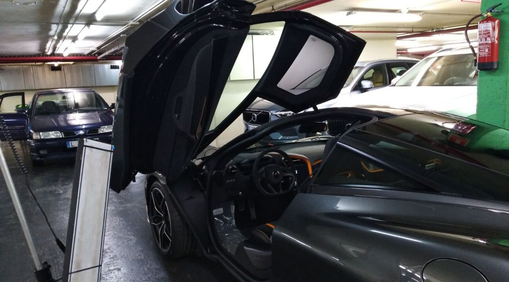Reparando golpes en coches de gama alta
