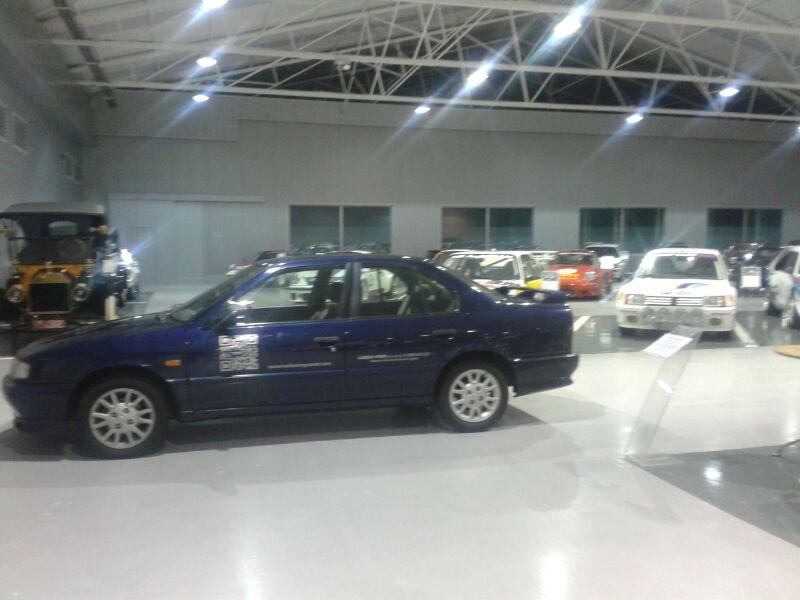 Arreglando bollos y golpes en coches clásicos y coches de gama alta