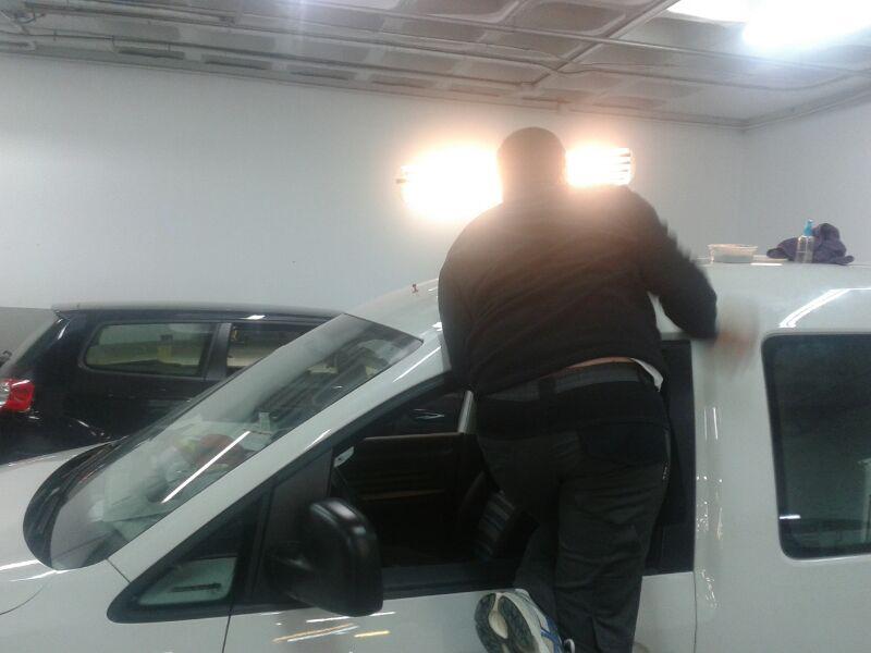 Arreglando coches afectados por granizo en Pontevedra (Galicia)